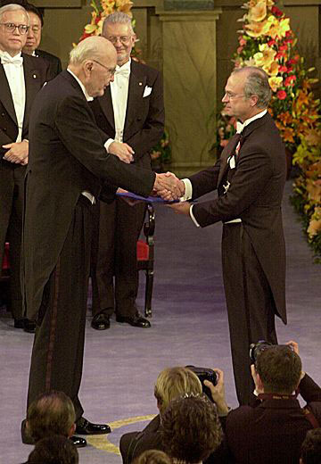 Jack Kilby receiving his Nobel Prize from the King Carl XVI Gustaf of Sweden at the Stockholm Concert Hall, 10 December 2000 (© The Nobel Foundation)