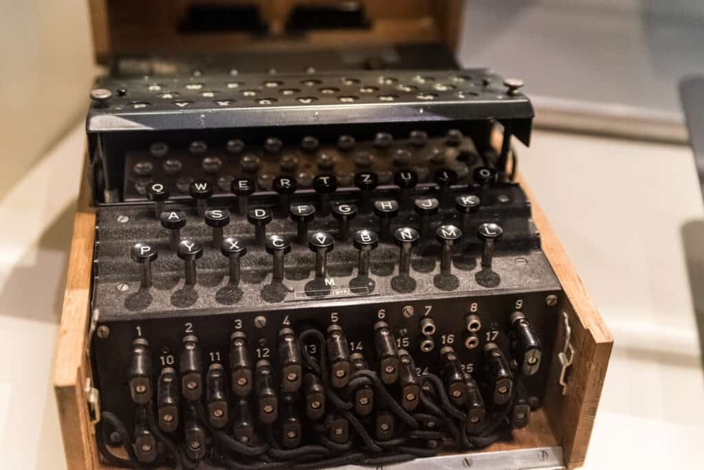 Enigma german machine - breaking enigma code